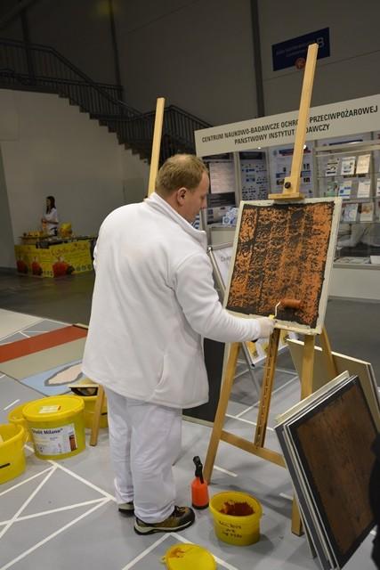Pokaz aplikacji powłok dekoracyjnych firmy Sto - efekt rdzy na ścianie. Fot. ABC-MEDIA
