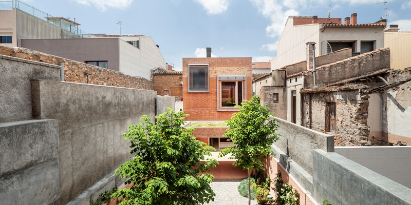 Budynek House 1014 w historycznym centrum Granollers w Barcelonie - projekt hiszpańskiej pracowni architektonicznej HARQUITECTS - Nagroda Główna i w kategorii Urban Infill