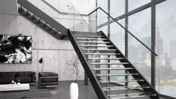 Schody z elementami metalu, szkła i drewna – pomysły do ultranowoczesnych wnętrz