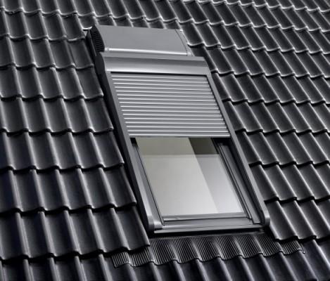 Naokienna wentylacja VELUX z rekuperatorem montowana jest na zewnątrz nad oknem dachowym. Fot. Velux