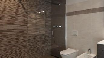 Kiedy prysznic zlicowany z podłogą będzie lepszy niż z brodzikiem?