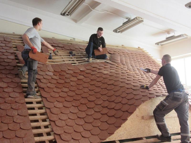 Szkolenie z układania dachówki karpiówki Braas. Fot. Monier Braas