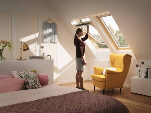 Trzyszybowe okno dachowe VELUX GLL. Górny system otwierania będzie wygodny, gdy okno umieszczone jest na standardowej wysokości. Uchwyt jest wtedy dostępny na wyciągnięcie ręki. Fot. VELUX