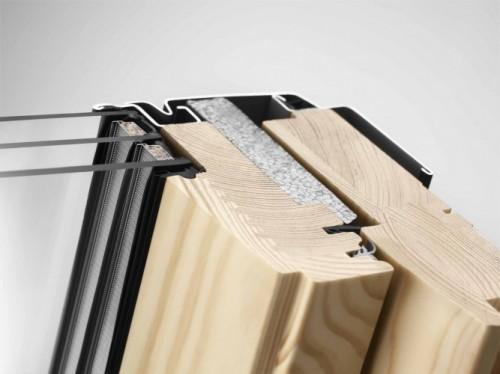 Trzyszybowe okno dachowe VELUX GLL. Wytrzymały i ciepły profil okienny ThermoTechnology™, wykonany z klejonego impregnowanego i lakierowanego drewna sosnowego, łączonego z wysokoizolacyjnym tworzywem EPS. Fot. VELUX
