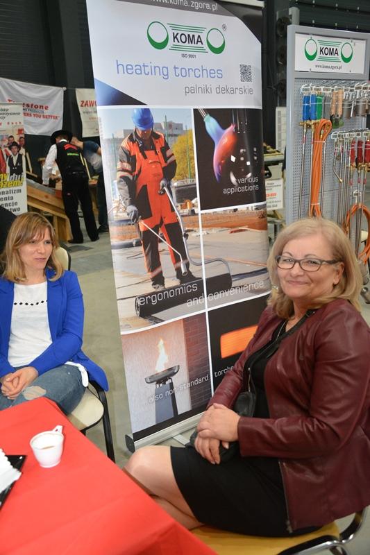 Na fot. od lewej Anna Zaborowska z PPUH KOMA, Małgorzata Sadowska, kierownik biura PSD oddział kujawsko-pomorski. W tle palniki do papy firmy KOMA. Fot. ABC-MEDIA