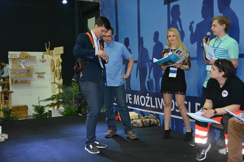 Zakładanie szelek bezpieczeństwa - zadanie w konkursie BHP zaliczone!. Fot. ABC-MEDIA