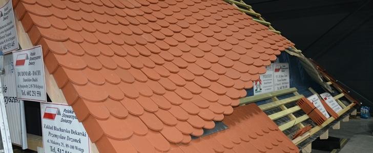 Na targach GRYF-BUD w ramach pokazów sztuki ciesielskiej i dekarskiej dekarze z PSD zaprezentowali m.in. układanie dachówki karpiówki na dachu z wolim okiem. Fot. ABC-MEDIA