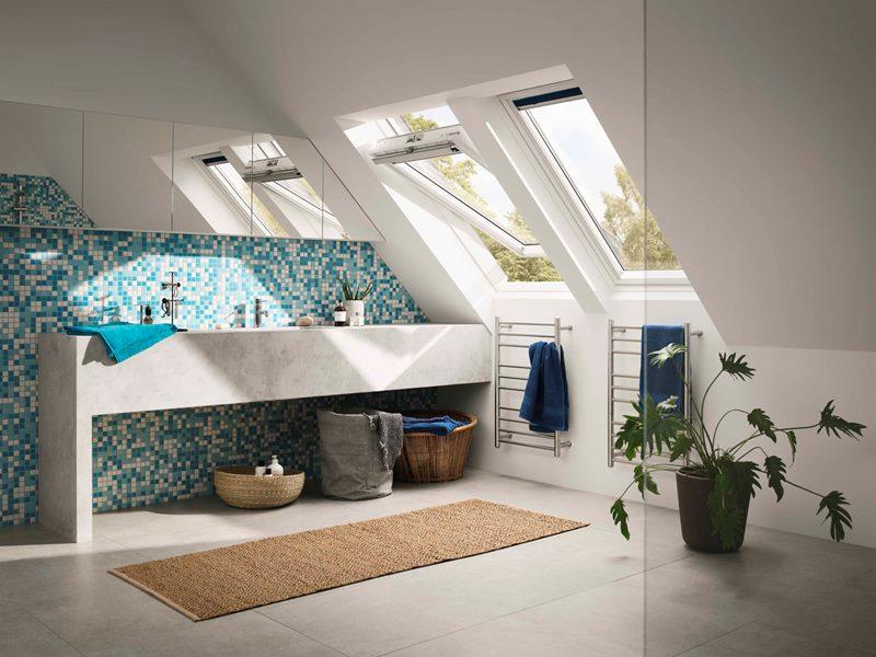 Trzyszybowe okno dachowe VELUX GLU. Dzięki białemu wykończeniu, okno doskonale komponuje się z nowoczesnym wystrojem wnętrz. Fot. Velux