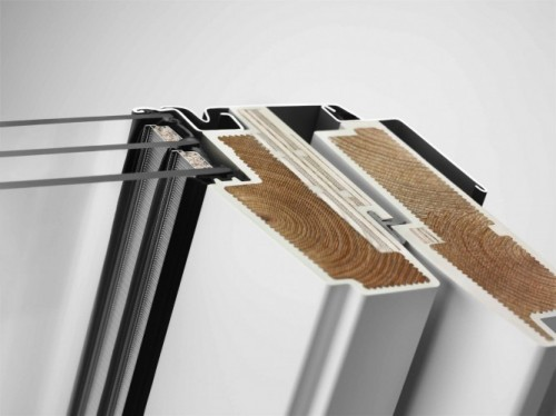 Trzyszybowe okno dachowe VELUX GLU Elegancki i odporny na wilgoć profil okienny ThermoTechnology™. Rdzeń drewniany, z drewna modyfikowanego termicznie, został pokryty ciśnieniowo wytrzymałym i w pełni odpornym na wodę poliuretanem pomalowanym na biało. Fot. Velux