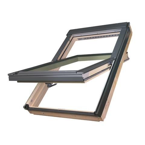 Okno dachowe FTP-V U4. Konstrukcja obrotowa z zawiasem w połowie wysokości ościeżnicy pozwala na pozostawienie skrzydła w pozycji otwartej po obrocie o 180 stopni co umożliwia wygodne i bezpieczne mycie zewnętrznej szyby. Fot. Fakro