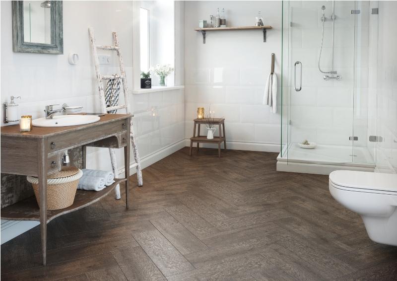 Aranżacja łazienki z wykorzystaniem płytek podłogowych ROYALWOOD z kolekcji I Love WOOD. Fot. Cersanit