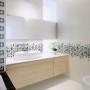 Aranżacje łazienek z wykorzystaniem płytek o delikatnych wzorach