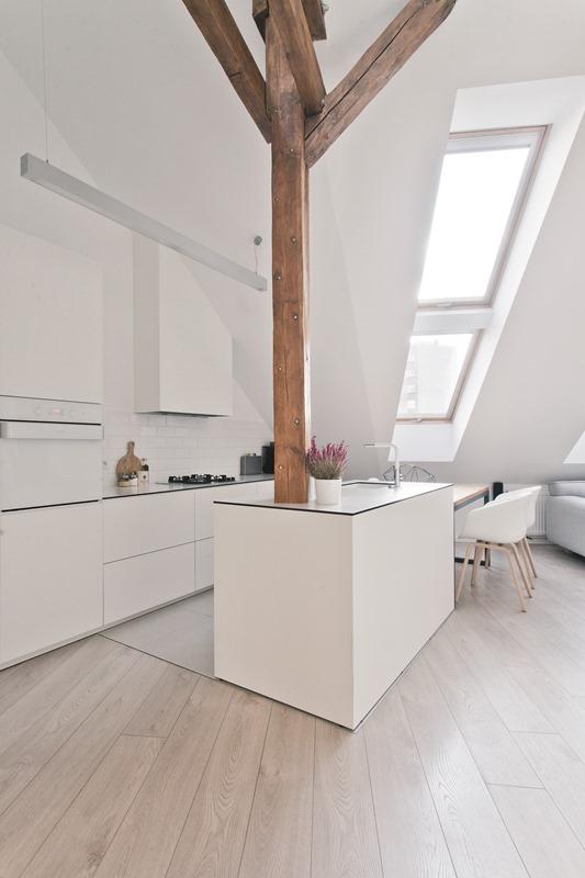 Zespolenia okien dachowych FAKRO w połączeniu z jasnymi barwami dominującymi we wnętrzu, sprawią że wypełniona dużą ilością światła, niewielka kuchnia optycznie się powiększy. Fot. Fakro