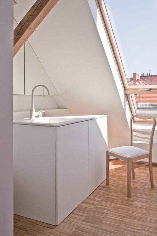 Alternatywą dla zespoleń okien dachowych jest użycie okna o podwyższonej osi obrotu z naświetlem dolnym FAKRO FDY-V Duet proSky. Fot. Fakro