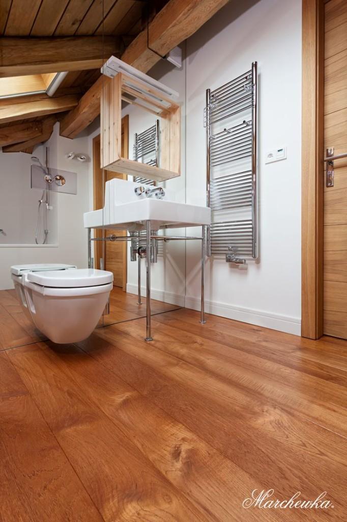 Przykład zastosowania drewna tekowego w łazience. Fot. Marchewka