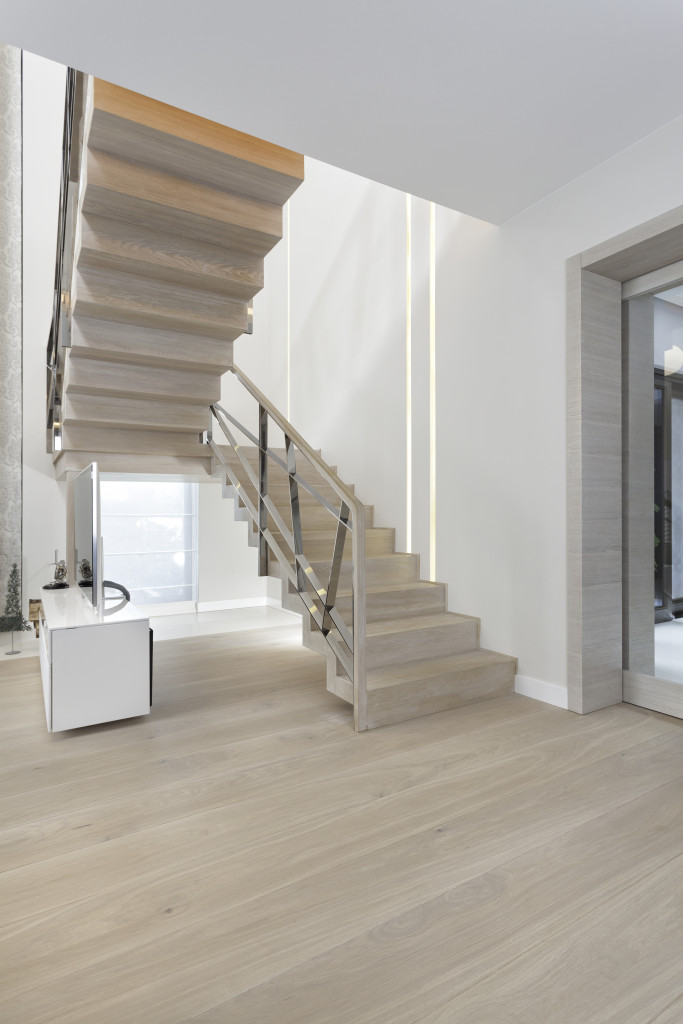 Schody drewniane dwubiegowe ze spocznikiem. Fot. Marchewka Schody - Podłogi - Wnętrza