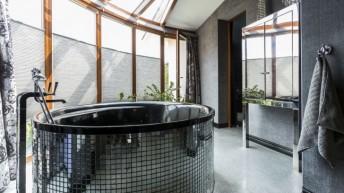 Aranżacja strefy kąpielowej – jak zabudować wannę i prysznic?