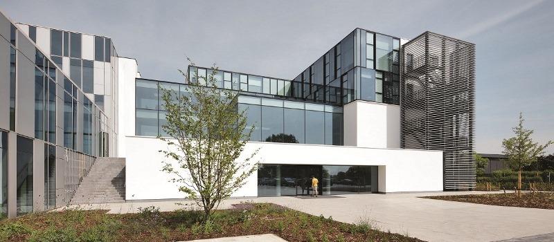 Fasada frontowa nowego budynku Experience Center, w głównej siedzibie Reynaers w Duffel, ma charakterystyczną trójwymiarową strukturę – przypomina okno wystawowe, prezentujące rozwiązania Reynaers. Fot. Reynaers