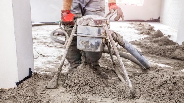 Praca na budowie z mixokretem i pompą do półsuchych jastrychów cementowych. Fot. Weber