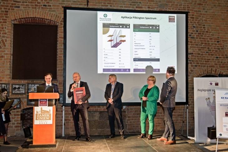 Dyplom za aplikację Pilkington Spectrum,  nagrodzoną w programie Innowacyjne Rozwiązania Branży Stolarki  organizowanym przez Stolarkę VIP, odbrał Mariusz Kołodziej dyrektor sprzedaży szkła architektonicznego Pilkington Europa Wschodnia. Fot. Pilkington