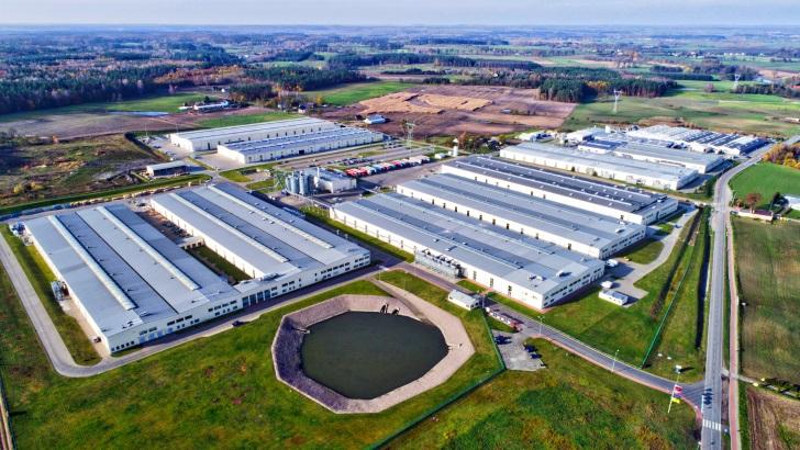 Na  terenie Wioski Okiennej DOVISTA  znajduje się 8 hal produkcyjnych na pow. 32 ha. To największa z czterech polskich fabryk Grupy VELUX i jednocześnie największa fabryka okien w Polsce. Fot. VELUX