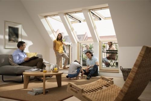 Dostęp do świeżego powietrza i światła dziennego to jedne z podstawowych warunków zdrowego domu. Na fot. okno balkonowe VELUX GEL