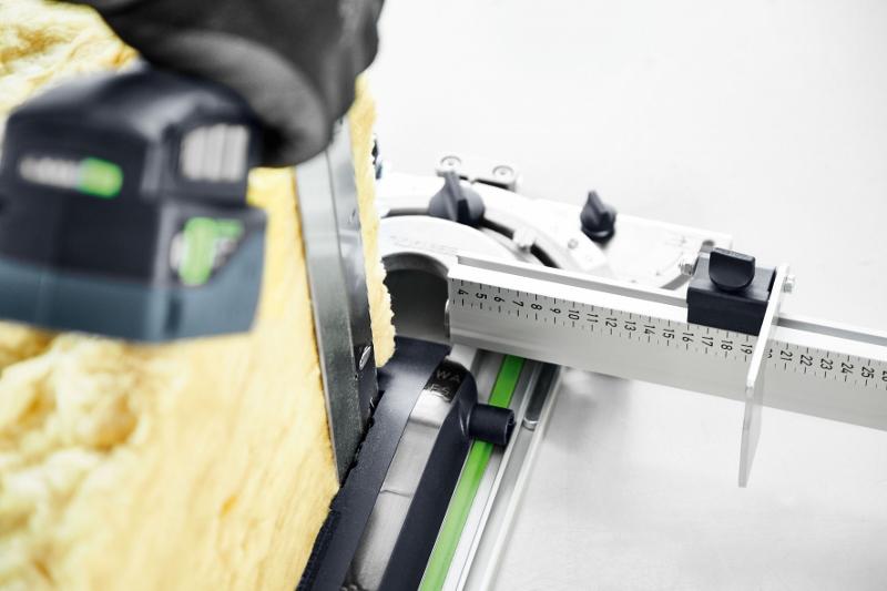 Prowadzenie cięcia przy zastosowaniu szyny prowadzącej i przykładnicy kątowej. Można dzięki temu wykonywać precyzyjne i powtarzalne cięcia z zachowaniem linii prostej i kątów. Fot. Festool GmbH