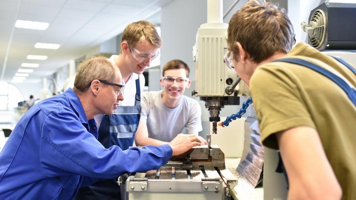 Uczniowie podczas praktyki zawodowej. Fot. Shutterstock