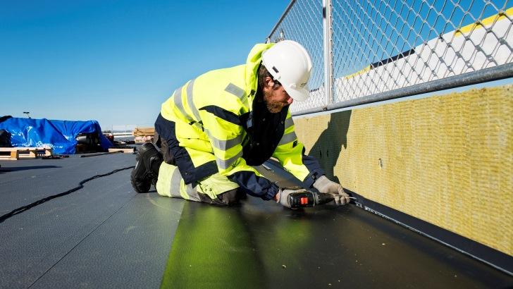Izolacja wodna dachu płaskiego membraną dachową z PVC. Fot. Protan