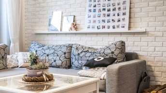 Aranżacje wnętrz – salon: Jak udekorować ścianę za kanapą?