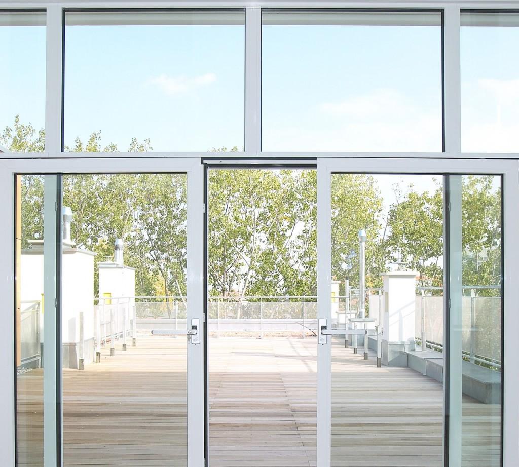 Na rynku niedawno pojawiła się nowa generacja systemów przesuwnych. To innowacyjny mechanizm otwierania i zamykania, który sprawia, że wspomagane nim okno (nawet bardzo dużych rozmiarów przeszklenie – od podłogi aż po sufit) przesuwa się niezwykle lekko i płynnie. Tak działa np. Morlite Vision z okuciem Roto Patio Inowa. Fot. OknoPlus