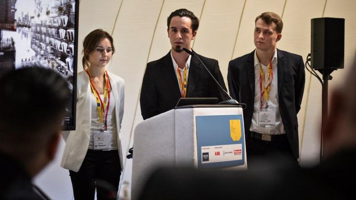 Studenci z Politechniki Poznańskiej prezentują swój projekt przed jury IVA 2016 podczas Światowego Festiwalu Architektury w Berlinie. Fot. Velux