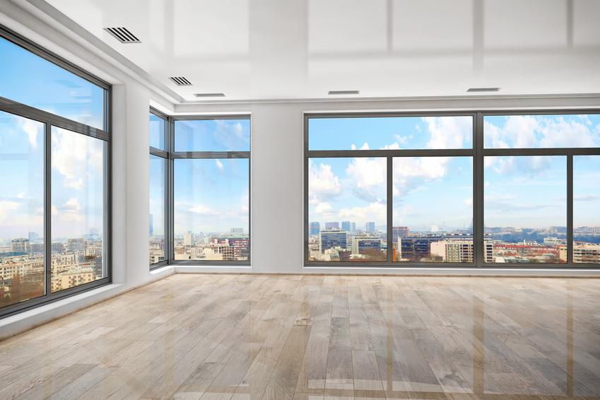 W tym sezonie, podobnie jak w poprzednich, na topie będą duże przeszklenia, które integrują wnętrze domu z tym, co na zewnątrz i powiększają optycznie przestrzeń mieszkalną. Fot. OknoPlus