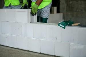 System Budowy H+H to kompleksowe rozwiązanie przeznaczone do prac murarskich podczas wznoszenia domu. Obejmuje zarówno bloczki silikatowe, elementy  z betonu komórkowego, nadproża, zaprawy,  jak i niezbędne akcesoria. Fot. H+H Polska